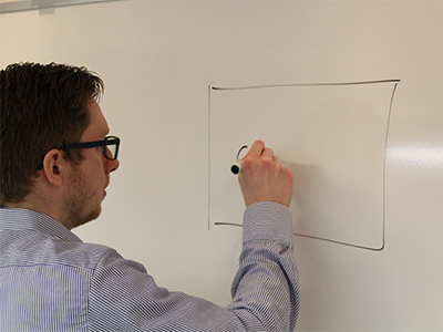 Jakob fra CleanManager skitserer på whiteboard